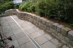 Mauern Palisaden Boeschungssicherung Platten und Natursteinmauer