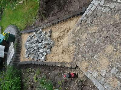 Pflasterarbeiten Naturstein Gehweg pflastern u. Palissaden