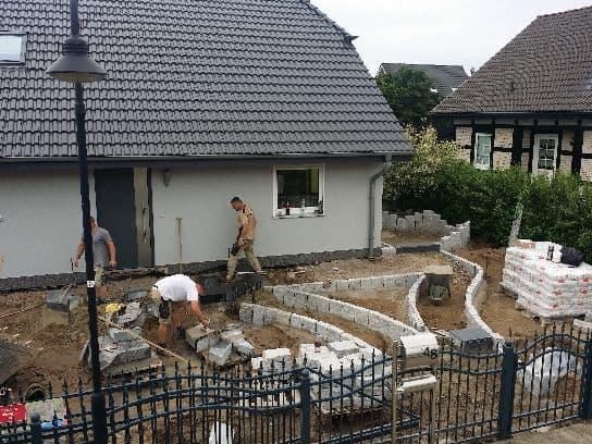Pflasterarbeiten Naturstein Gehwegplatten verlegen