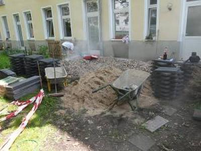Kollektiv Bau beim Bau der Terrasse in Berlin