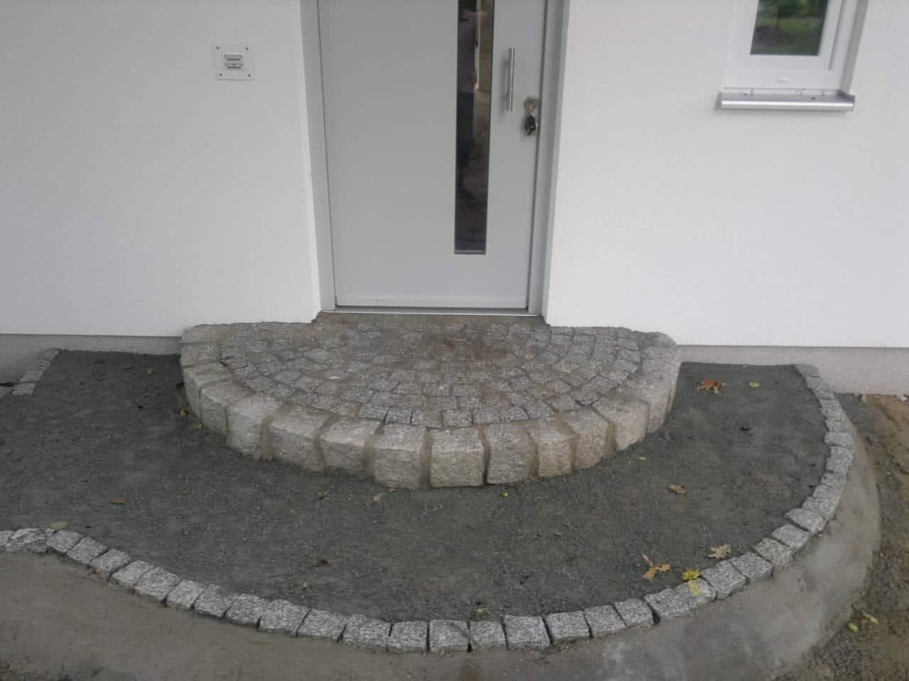 Treppenbau Betonstein u. Naturstein Podest aus Granitstein
