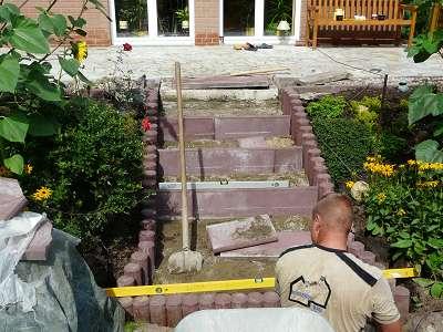 Treppenbau Betonstein u. Naturstein Terrassentreppe Palisaden u. Quarzith