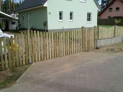 Zaunbau Holzzaun geschwungen bauen